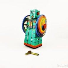 Juguetes antiguos de hojalata: ROBOT DE HOJALATA LITOGRAFIADO A CUERDA. Lote 89548148