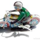 Juguetes antiguos de hojalata: MOTO DE CHAPA - A CUERDA - MOVIMIENTO CIRCULAR. Lote 93000880