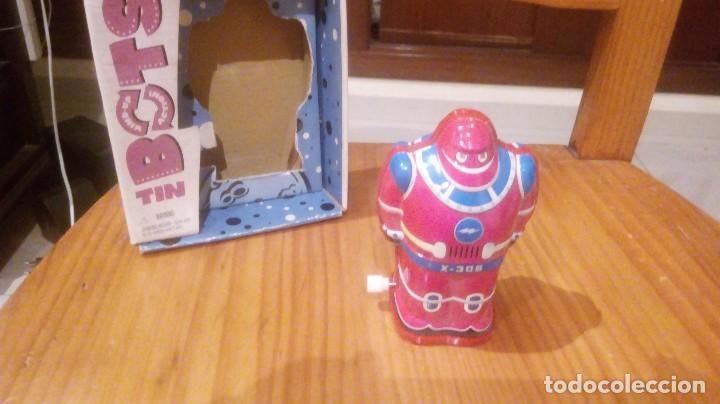 ROBOT A CUERDA CON CAJA (Juguetes - Juguetes de Hojalata: Reproducciones y Actuales )