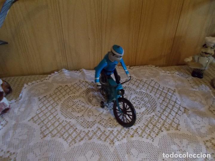 Juguetes antiguos de hojalata: Antigua bicicleta de hojalata ,funciona a cuerda ,mide sobre18 cent aprox ,es resto de tienda - Foto 2 - 94750459