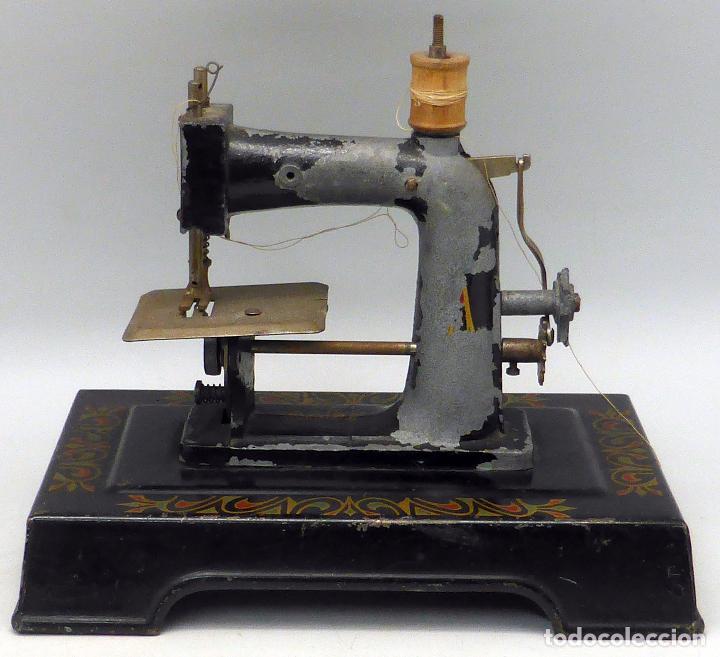 Juguetes antiguos de hojalata: Máquina coser infantil Baby París hojalata litografiada años 20 - Foto 2 - 98127143