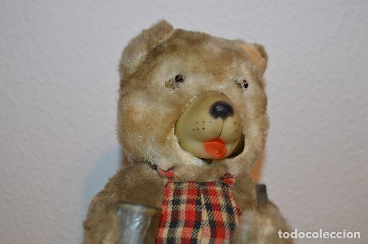 Juguetes antiguos de hojalata: Antigua autómata - Modern Toys Battery Operated Father Bear - Años 50 JAPAN - ¡Mira fotos! - Foto 2 - 100325607
