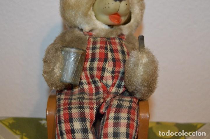 Juguetes antiguos de hojalata: Antigua autómata - Modern Toys Battery Operated Father Bear - Años 50 JAPAN - ¡Mira fotos! - Foto 3 - 100325607
