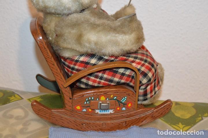 Juguetes antiguos de hojalata: Antigua autómata - Modern Toys Battery Operated Father Bear - Años 50 JAPAN - ¡Mira fotos! - Foto 9 - 100325607