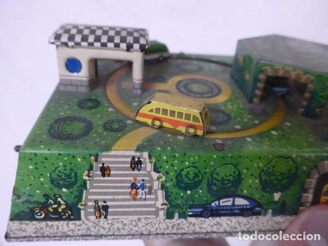 Juguetes antiguos de hojalata: Antiguo juguete de hojalata, tipo circuito de coches, a cuerda. - Foto 2 - 100618723