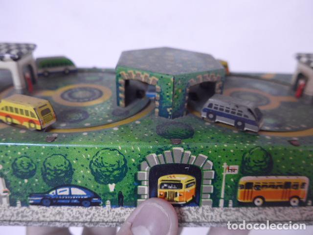 Juguetes antiguos de hojalata: Antiguo juguete de hojalata, tipo circuito de coches, a cuerda. - Foto 3 - 100618723
