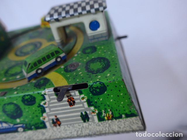 Juguetes antiguos de hojalata: Antiguo juguete de hojalata, tipo circuito de coches, a cuerda. - Foto 7 - 100618723