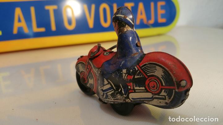 Juguetes antiguos de hojalata: ANTIGUA MOTO DE HOJALATA A FRICCION MADE IN BRITAIN - FUNCIONA - Foto 3 - 110228735