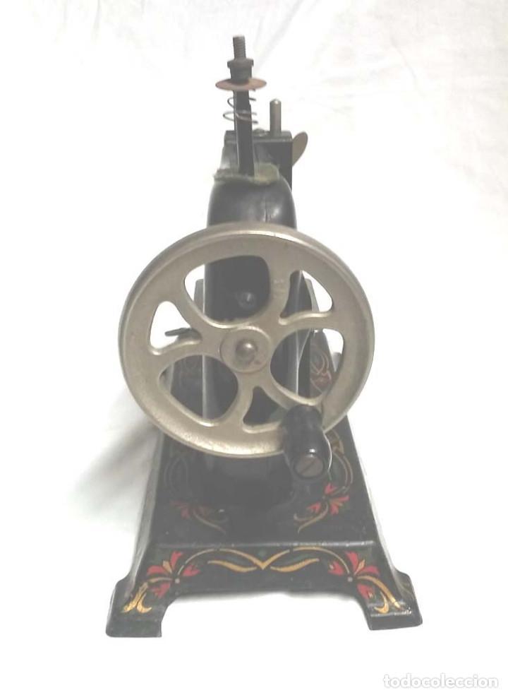 Juguetes antiguos de hojalata: Maquina de Coser años 20, hierro policromado, completa. Med. 20 x 11 x 20 cm - Foto 2 - 115564207