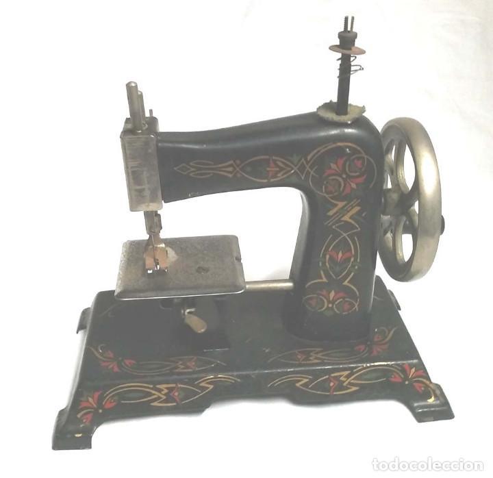 Juguetes antiguos de hojalata: Maquina de Coser años 20, hierro policromado, completa. Med. 20 x 11 x 20 cm - Foto 3 - 115564207