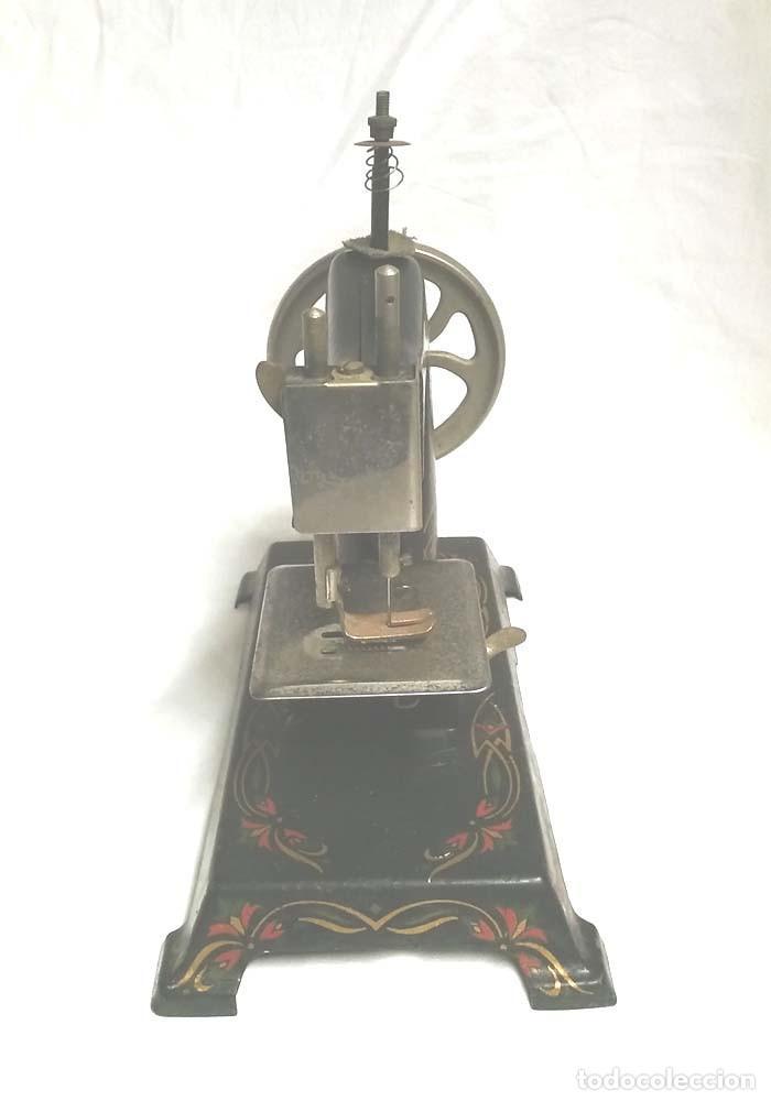 Juguetes antiguos de hojalata: Maquina de Coser años 20, hierro policromado, completa. Med. 20 x 11 x 20 cm - Foto 4 - 115564207