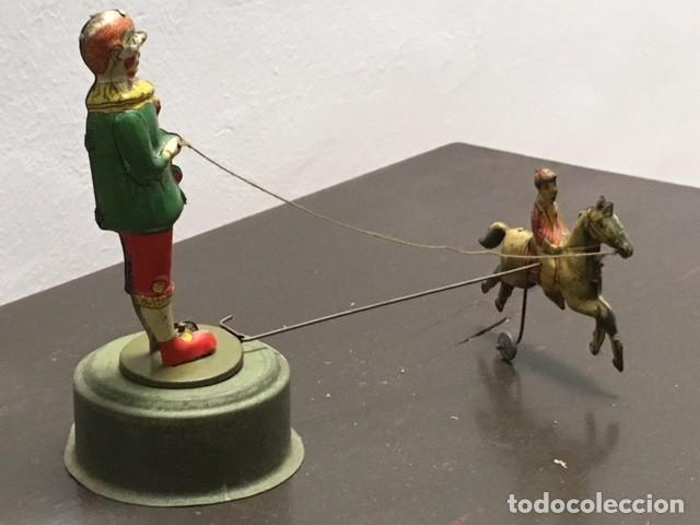 PAYASO CIRCULAR CON CABALLO Y JINETE. CONSERVA EL MECANISMO PARA MOVIMIENTO. AÑOS 20. 20 X 15 CMS (Juguetes - Juguetes Antiguos de Hojalata Españoles)