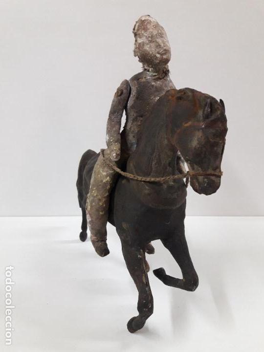 Juguetes antiguos de hojalata: MUY ANTIGUO SOLDADO A CABALLO . REALIZADO EN CARTON PIEDRA Y HOJALATA - Foto 4 - 117044691