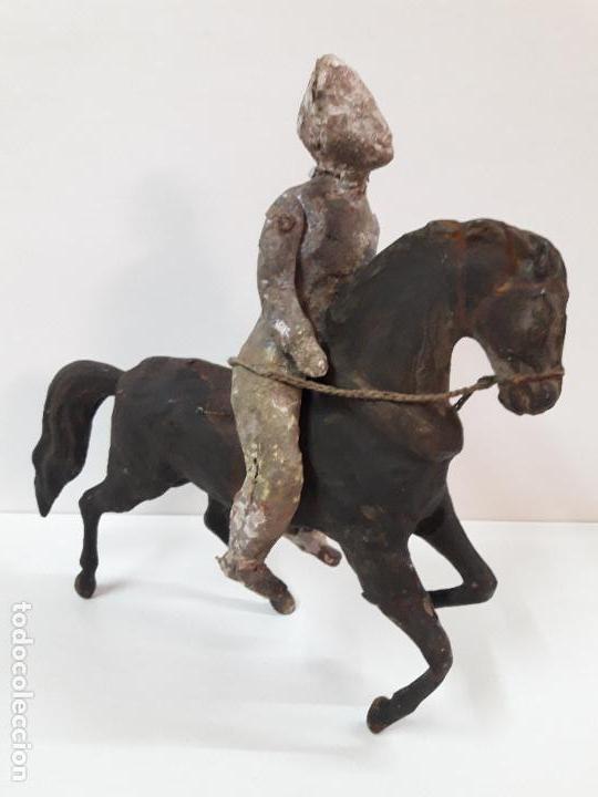 Juguetes antiguos de hojalata: MUY ANTIGUO SOLDADO A CABALLO . REALIZADO EN CARTON PIEDRA Y HOJALATA - Foto 24 - 117044691