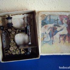 Juguetes antiguos de hojalata: (JU-180456)ANTIGUA MAQUINA DE COSER DE CHAPA - CAJA ORIGINAL. Lote 117904243