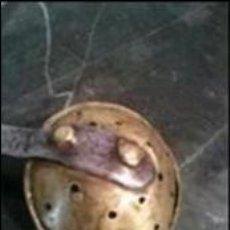 Juguetes antiguos de hojalata: ANTIGUA ESPUMADERA - RASERA DE JUGUETE EN LATON Y HIERRO. Lote 112040903