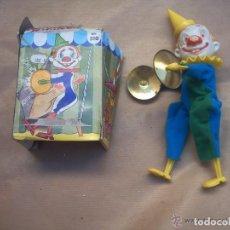 Juguetes antiguos de hojalata: CIRCO -PAYASO PLATILLERO REIG. Lote 119290315