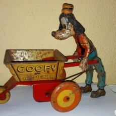 Juguetes antiguos de hojalata: GOOFY THE GARDENER. LOUIS MARX TOYS AÑOS 40. WALT DISNEY. RARO!! HOJALATA.. Lote 120954195