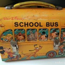 Juguetes antiguos de hojalata: CABAS SCHOOL BUS DISNEY - INCLUYE TERMO - AÑOS 60/70 (LEER). Lote 124588547