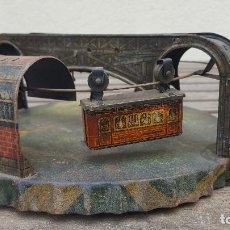 Juguetes antiguos de hojalata: TELEFÉRICO DE HOJALATA (LATA) ALEMÁN MUY ANTIGUO. Lote 125219887