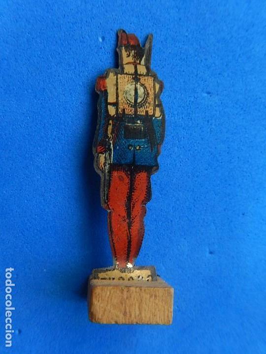 Juguetes antiguos de hojalata: Soldados antiguos planos de hojalata litografiada. Finales XIX. Principios del XX. - Foto 4 - 126888095