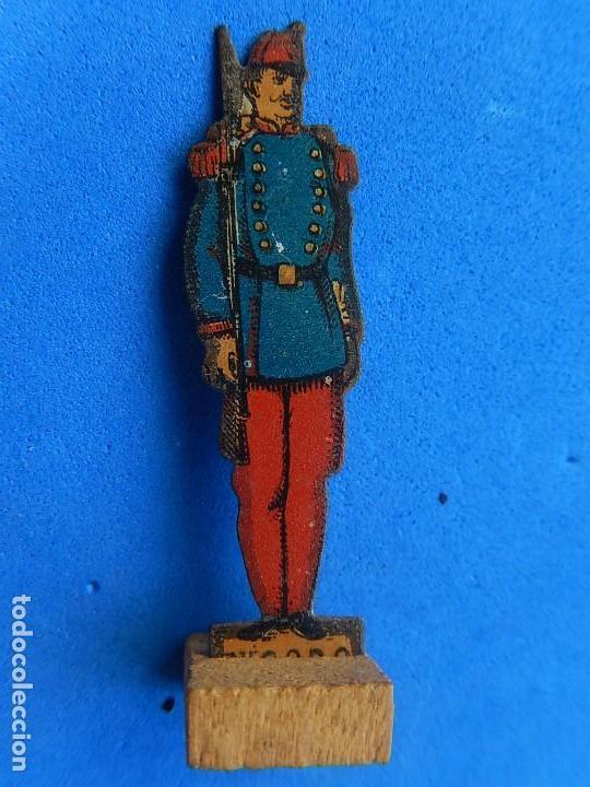 Juguetes antiguos de hojalata: Soldados antiguos planos de hojalata litografiada. Finales XIX. Principios del XX. - Foto 11 - 126888095