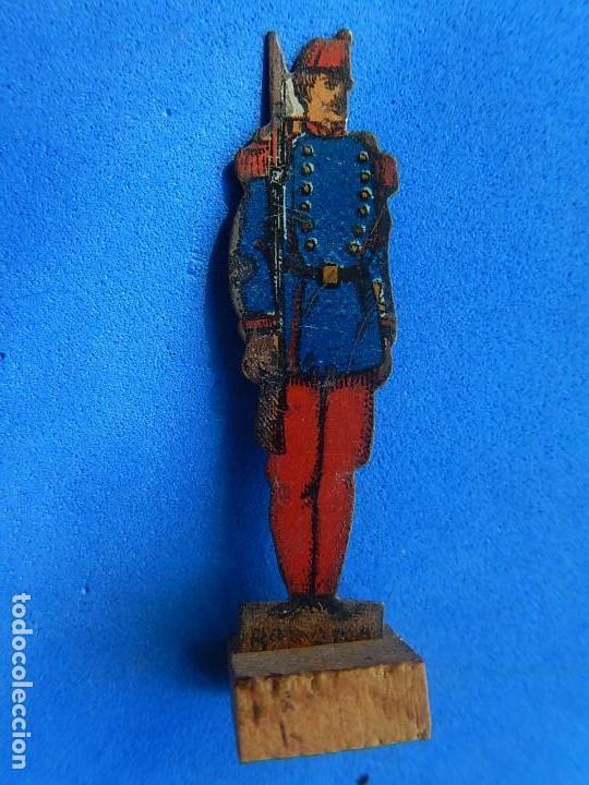 Juguetes antiguos de hojalata: Soldados antiguos planos de hojalata litografiada. Finales XIX. Principios del XX. - Foto 13 - 126888095