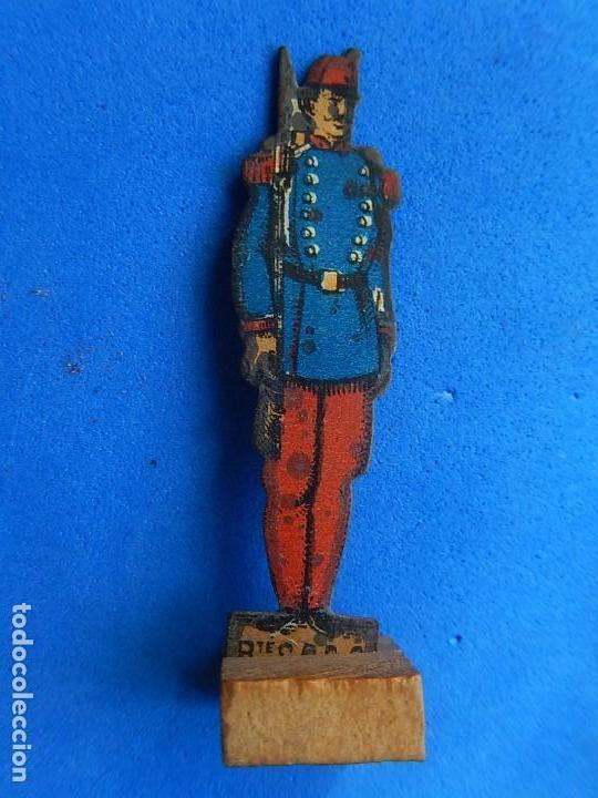 Juguetes antiguos de hojalata: Soldados antiguos planos de hojalata litografiada. Finales XIX. Principios del XX. - Foto 19 - 126888095