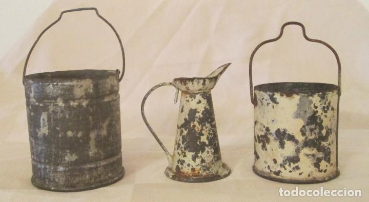 Juguetes antiguos de hojalata: Antiguos calderos y jarra en hojalata - Foto 3 - 127456491