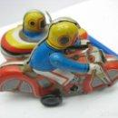 Juguetes antiguos de hojalata: MOTO CON SIDECAR DE HOJALATA A CUERDA. Lote 127728447