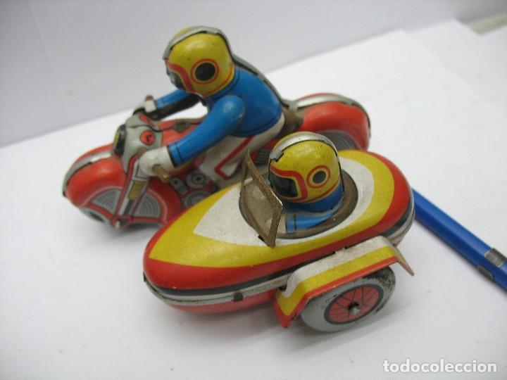 Juguetes antiguos de hojalata: moto con sidecar de hojalata a cuerda - Foto 2 - 127728447