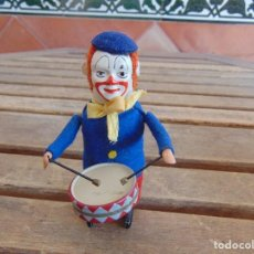Juguetes antiguos de hojalata: ANTIGUO PAYASO MUSICO TAMBOR AUTOMATA EN HOJALATA SCHUCO MADE IN GERMANY.A CUERDA. Lote 127742543