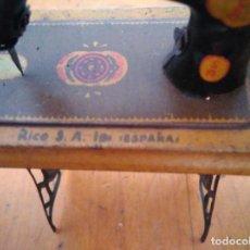 Juguetes antiguos de hojalata: MÁQUINA DE COSER. Lote 128481927