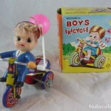 Juguetes antiguos de hojalata: TRICICLO DE CUERDA EN CAJA - BOYS TRICYCLE - CON CAMPANA - MECHANICAL WITH REVOLVING BELL. Lote 129030663