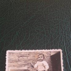 Juguetes antiguos de hojalata - Foto niño coche pedales - 129683923