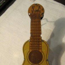 Juguetes antiguos de hojalata: MUY ANTIGUA MATRACA / CARRACA EN LA LITOGRAFIADA - GUITARRA ESPAÑOLA - FUNCIONA - RICO O PAYA. Lote 132405790