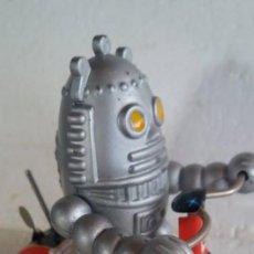 Juguetes antiguos de hojalata: BABY ROBOT A CUERDA DE HOJALATA Y PLÁSTICO. Lote 134411350