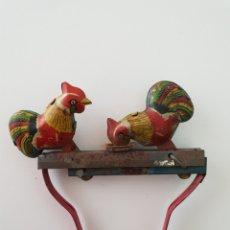 Juguetes antiguos de hojalata: POLLOS PICA-PICA HOJALATA.JUGUETE ESPAÑOL. Lote 135107561