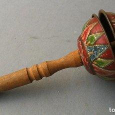 Juguetes antiguos de hojalata: SONAJERO JAPONES DE BEBE, HOJALATA CON SILBATO DE MADERA EN EL MANGO 13CM APROX. Lote 137502318