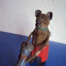 Juguetes antiguos de hojalata: (JU-181095)ANTIGUO RATON CON HIJO AUTOMATA EN HOJALATA SCHUCO MADE IN GERMANY A CUERDA. Lote 137617286