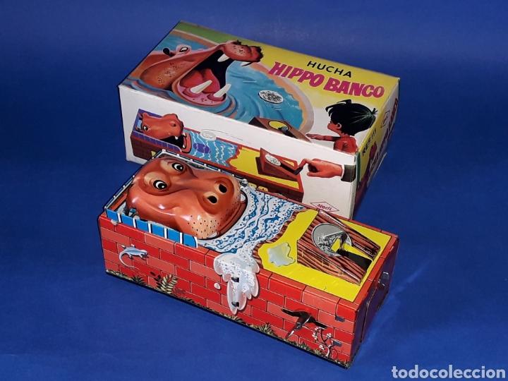 Juguetes antiguos de hojalata: Hucha Hipopótamo Hippo Banco, hojalata, mecanismo a cuerda, Hedi made in Spain, original años 60-70. - Foto 3 - 151239033