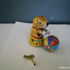 Juguetes antiguos de hojalata: PERRO CON PELOTA A CUERDA HOJALATA LITOGRAFIADA. Lote 139109094