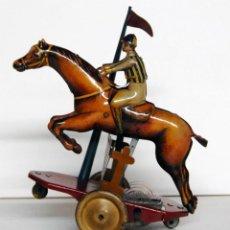 Juguetes antiguos de hojalata: PAYÁ Nº 818 ORIGINAL - CABALLO DE CARRERAS Y JOCKEY SALTANDO OBSTÁCULO. Lote 140484138