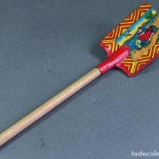 Juguetes antiguos de hojalata: PALA HOJALATA LITOGRAFIADA REY CON MANGO MADERA AÑOS 30 - 40. Lote 140734262