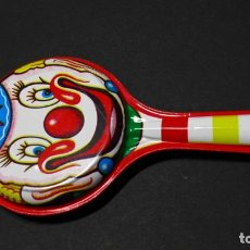 Juguetes antiguos de hojalata: SONAJERO DE HOJALATA. PAYASO.. Lote 141151970
