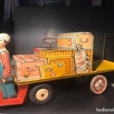 Juguetes antiguos de hojalata: MALETERO. UNIQUE ART. U.S.A. HOJALATA LITOGRAFIADA. A CUERDA. 1950. Lote 141592048