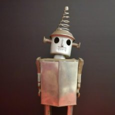 Juguetes antiguos de hojalata: ANTIGUO ROBOT DE HOJALATA HIERRO CHAPA. ÚNICO. Lote 141606962