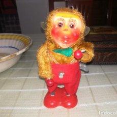 Juguetes antiguos de hojalata: ANTIGUO JUGUETE A CUERDA MONO TOCANDO TAMBOR MIREN FOTOS . Lote 142202858