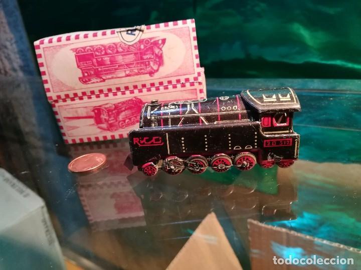 Juguetes antiguos de hojalata: Tren de hojalata de la marca RICO, mide 8,5 cms. de largo. con su estuche original. - Foto 2 - 142620630