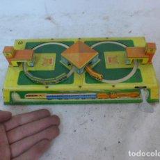 Juguetes antiguos de hojalata: ANTIGUO JUGUETE DE HOJALATA, CIRCUITO DE TREN A CUERDA, FUNCIONA. . Lote 142891166